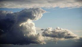 Puño de las madres naturaleza en las nubes Imagen de archivo libre de regalías