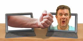 Puño enojado del ordenador de Internet del abuso en línea del sacador imagen de archivo libre de regalías
