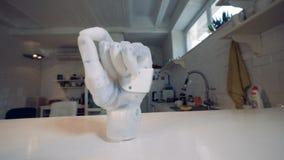 Puño exprimido de un brazo robótico