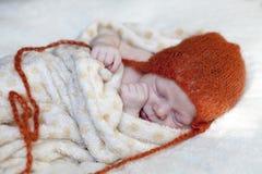 Puños que se sostienen dormidos del bebé adorable Imagen de archivo libre de regalías