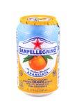 Può della bevanda arancio scintillare di San Pellegrino Immagine Stock