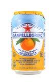 Può della bevanda arancio scintillare di San Pellegrino Fotografie Stock