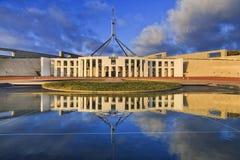 PUÒ la facciata del Parlamento riflettere l'aumento Immagini Stock