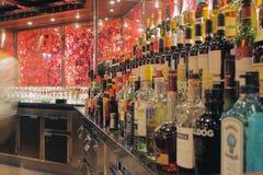 Pułki z butelkami w barze Rejsu liniowiec, Włochy zdjęcie royalty free
