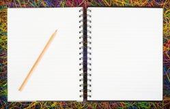 Puści ślimakowaci notatniki na elektrycznym drucie Fotografia Stock