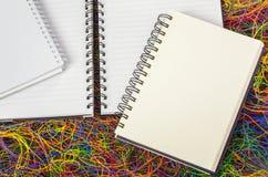 Puści ślimakowaci notatniki na elektrycznym drucie Zdjęcia Stock