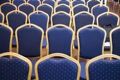 Puści błękitni barwioni audytoriów siedzenia w niewiadomej biznesowej sala zdjęcia royalty free