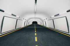 Puści biali billboardy na ścianach w nowożytnym pustym tunelu Zdjęcie Stock