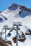 Puści cableway dźwignięcia krzesła pusty ośrodek narciarski przy pogodnym zima dniem na śnieżnym halnego szczytu vertical tle Fotografia Royalty Free