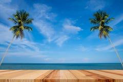 Puści drewniani stołu i palmy liście z przyjęciem na plażowym tle w lato czasie, Tropikalna palma na raj wyspie fotografia royalty free
