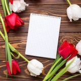 Puści etykietki, czerwieni i bielu tulipany, kwitną na rocznika drewnianym bac Fotografia Stock