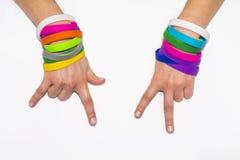 Puści gumowi wristbands na nadgarstek ręce Krzem mody bransoletki odzieży round ogólnospołeczna ręka Jedność zespół obraz stock