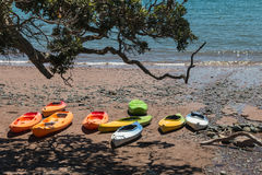 Puści kajaki na plaży Obrazy Stock