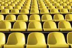 Puści plastikowi kolorów żółtych siedzenia przy stadium, otwarte drzwi arena sportowa fotografia stock