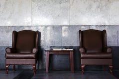 Puści rzemienni krzesła w dworcu obraz stock