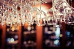 Puści szkła dla wina nad prętowy stojak Obrazy Stock