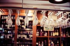 Puści szkła dla wina nad prętowy stojak Obraz Stock