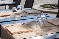 Puści szkła na stole uliczna kawiarnia Obrazy Royalty Free