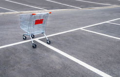 Puści wózek na zakupy na pustym parking obrazy stock