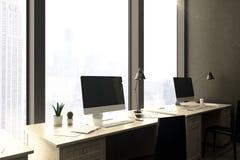 Puści komputerów osobistych monitory w biurze Zdjęcia Royalty Free