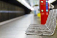 Puści metali siedzenia na platformie Fotografia Stock