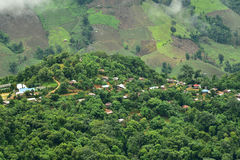 村庄的看法山的在Pua区 免版税库存图片