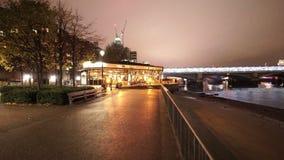 Pub británico de los fundadores famosos en el southbank de Londres almacen de metraje de vídeo