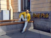 Pub de la roca con la escultura de Freddie Mercury fotos de archivo libres de regalías