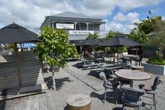 Pub del villaggio nella città Nuova Zelanda di Matakana Fotografia Stock