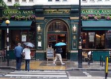 Pub di Londra un giorno piovoso Immagine Stock