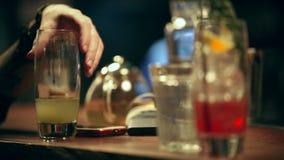 pub Een persoon neemt een alcoholische cocktail van de barteller stock videobeelden