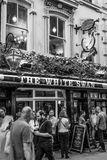 Pub famoso il cigno bianco al giardino di Covent Westend Londra - LONDRA - GRAN BRETAGNA - 19 settembre 2016 Fotografia Stock Libera da Diritti