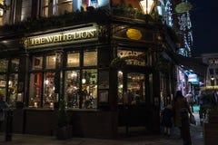 Pub inglés típico en Londres, Inglaterra, Reino Unido Imagenes de archivo