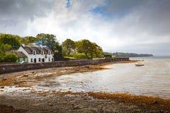 Pub irlandais de maison de pays de Tatched sur le bord de la mer Photos stock