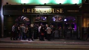 Pub ocupado escénico, exterior británico de la barra, gente que socializa en la calle almacen de metraje de vídeo