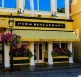 Pub y restaurante, calle del Támesis, Newport del callejón del ladrillo Imagen de archivo