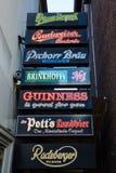 Pub z neonowymi znakami kilka piwo etykietki w Muenster, Niemcy Fotografia Royalty Free