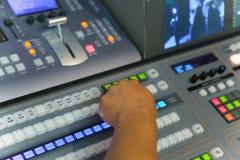 Pubblicazione di lavoro dell'ingegnere della TV con il miscelatore video ed audio Fotografie Stock