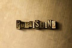 PUBBLICAZIONE - il primo piano dell'annata grungy ha composto la parola sul contesto del metallo royalty illustrazione gratis