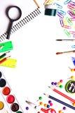 Pubblicità dei rifornimenti di scuola su fondo bianco con spazio FO Fotografia Stock