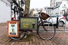 Pubblicità dell'irish coffee su una bicicletta nella città di Cobh fotografie stock