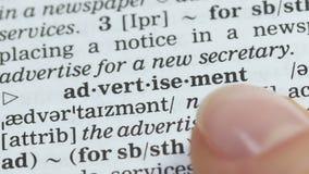Pubblicità, dito che indica parola nel vocabolario inglese, pianificazione aziendale archivi video