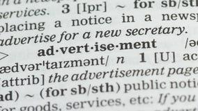 Pubblicità, matita che indica parola nel vocabolario in inglese, strategia di marketing archivi video