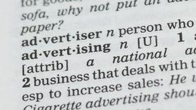 Pubblicità, studente che indica parola nel vocabolario, campagna di promozione, affare stock footage