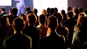 Pubblico alla sala per conferenze stock footage