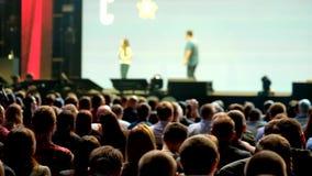Pubblico alla sala per conferenze archivi video