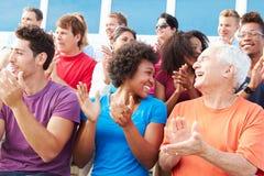 Pubblico che applaude alla prestazione all'aperto di concerto Immagine Stock Libera da Diritti