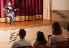 Pubblico che ascolta il concerto della chitarra immagine stock libera da diritti