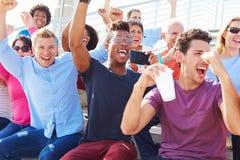 Pubblico che incoraggia alla prestazione all'aperto di concerto Fotografia Stock