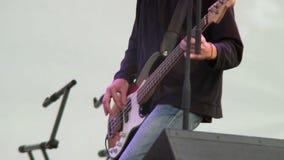 Pubblico d'oscillazione del musicista della chitarra della banda di musica dei giochi della parte maschio di riff stock footage
